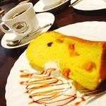 サッポロ珈琲館 - 久しぶりの夜カフェではデカフェのブレンドコーヒーと季節限定 かぼちゃシフォン♪ シフォンがあったかくてビックリしたけど すごくフワフワでかぼちゃも甘くて美味しかったーー!♡
