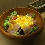 麹町バル - 生ハムと卵のサラダ
