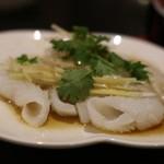 鮮魚・中華居酒屋 愛香楼 - イカの葱ソース。これ、美味しいです。やっと火が通ったとこでしあがってて。