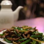 鮮魚・中華居酒屋 愛香楼 - 青椒肉絲。牛バージョンでした。濃いめだけどなかなかかな。
