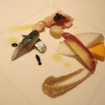 32657955 - 前菜、鶏もも肉ぶどうソース、冷たいバーニャカウダ、サンマのコンフィ。