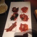 土古里 - キムチ盛り合わせ。ゴボウのキムチとは珍しいが、意外といける。