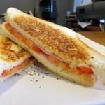 エドガワ コーヒー カンパニー - ハム・チーズ・トマトのホットサンドイッチ