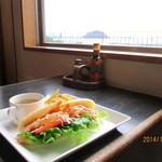 サンゴショウ - 渚を眺めながら☆Panini(パニーニ)海老のサラダとチーズ