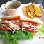 サンゴショウ - パニーニ・海老のサラダとチーズ