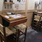 まる串 - 狭いスペースをうまく使ったテーブル