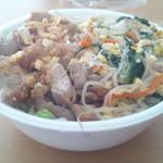 広東料理 青山一品 - 丼 380円    ユーリンチーと豚&もやし炒め(的な)
