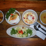 LUNCH BOX - 2つのメインとスープとデザートが1回の食事で楽しめます