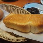 コメダ珈琲店 - 無料サービスの玉子と半切りトースト