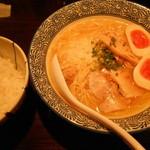32920396 - 味玉鶏白湯そば¥850&ライス¥120