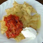 Bistro&ShotBar you you - トルケーヤチップスにとろけたチーズをかけ サルサソースとサワークリームで食します