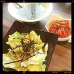 牛之宮 - ランチサラダ ワカメスープ キムチ  キムチがすごく美味しい♬
