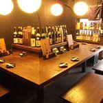 九州 かしわや - 自慢の焼酎が並ぶカウンター。横の棚にも焼酎が約250種!お酒好きは一度は座りたい席♪