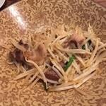 Japanese Dining ゑびすダイニング - ホルモンともやし炒め。柔らかいホルモンがシャッキシャキのもやしとよく合ってます!