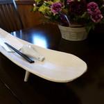 せろりや - カトラリーは個性的なお皿の上に乗っていました。
