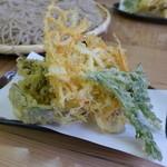そば処 久我 - カラッと揚がった野菜の天ぷらです。(550円)