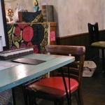 ゴリラ食堂 - ポップな店内