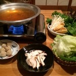 あやとり - 遅れて野菜が届きました。2人分でこのボリュームはビックリ嬉しいですね。揚げや豆腐もあって、左端の豚団子もなかなかオツ。中央にあるのは…