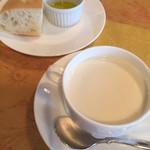 デリシャスキッチン ピース - 料理写真:スープ(クラムチャウダー)とパン(フォカッチャとオリーブオイル)