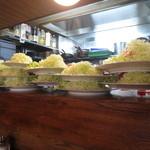グリルミヤコ - 野菜を盛った皿が壁のように高く積み上げられていました~♪