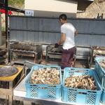谷川水産 - 焼き牡蠣料理風景