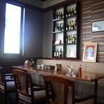 リストランテ アプリコート - 自然の光が入り明るい店内にはテーブル席の他、カウンター席もあります。