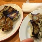 第六ギョーザの店 - 左→シソ餃子、右→餃子