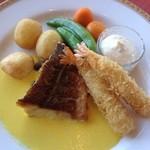 ホテルオークラレストラン新宿 ワイン&ダイニング デューク - ランチの魚料理のメイン「メバルのポワレサフランクリームソースと、エビフライ」