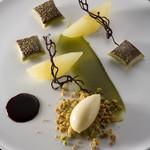 シェ・コーベ - 洋梨ルレクチェコンポートとソルベ なめらかなピスタチオクリームのラビオリ仕立て プルーンのソース