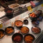鶴橋オモニ・金杏奈の手作りキムチ - ショーケース 味見もできます