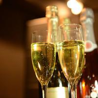 アジト グレイス 渋谷 - 約15種のスパークリングワインには、「ブリュッセル国際コンクール」で全体の1%にしか与えられない最高金賞のグランド・ゴールド・メダルを受賞した『カスティロ・ペレラーダ・カヴァ・レゼルヴァ・ブリュット(辛口)』をはじめ、各種コンクールで評価されているスパークリングワインを取り揃えています。