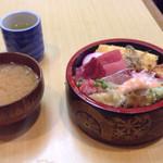 芳すし - ちらし、鉄火丼、握りのランチは600円です