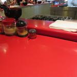 ラーメン 厚木家 - 真っ赤なカウンター