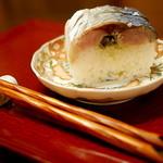 祇園 にしかわ - 鯖と酢飯の間にわさび菜が。これがオリジナル。