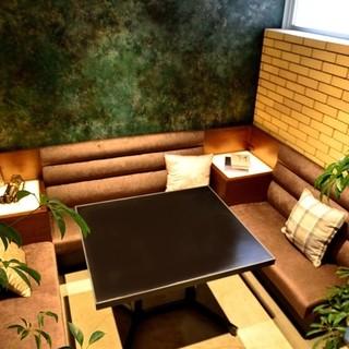 ゆったり寛げる【半個室】のソファ席