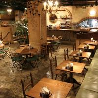 中世ヨーロッパを模した落ち着いた空間のイタリアンレストラン