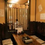蛸あざぶ - 店内はカウンターとテーブル席。居酒屋ですね。