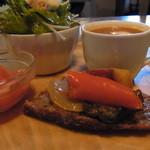 クッチーナ ベジターレ マルヨシ - 前菜のラタトゥイユは天然酵母のパンの上に載っていました