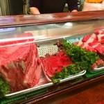 初ちゃん - 冷蔵ケースにはすごい肉の塊が!!