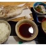 大名食堂 - 鯛のから揚げ定食(980円)・・鯛1匹(内臓は処理済)のから揚げ・カンパチのお刺身・お味噌汁・ご飯のセットです。