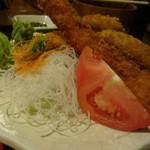 お食事酒処和 - キャベツの千切りではなくて、刺身のツマが敷かれています^^