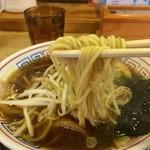 もんど - 麺は中太ストレート、もちもち感のある麺