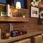 タレカツ - 店内はカフェのような雰囲気も!