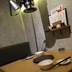 焼肉とワイン 李苑 - 壁際の二〜三人席