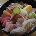 33636464 - 海鮮丼:茶碗蒸し・お味噌汁が付きます。ランチ限定。
