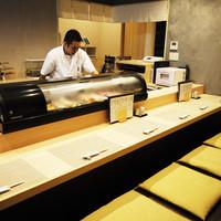 気さくな店主と会話を楽しみながら日本料理をどうぞ。