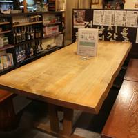 一枚板の大きなテーブル、みんなでワイワイと楽しめます!