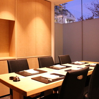 カウンターと同じ檜、無垢の一枚板のテーブル個室
