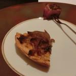 レストラン ラ フィネス - 皿にのっているのがオニオンのパイ生地のタルトと鴨です。