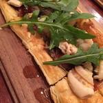 お肉とワイン 関内ビストロ ZIP - サクサク食感のフランス風ピザはホタテとドライトマトトッピング